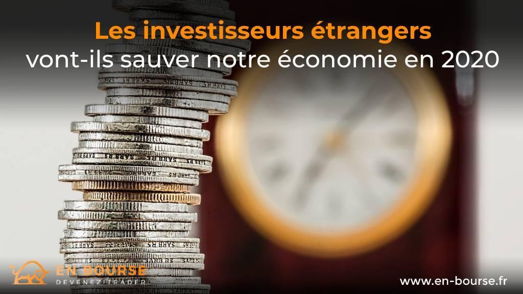 Pièces de monnaie devant une horloge