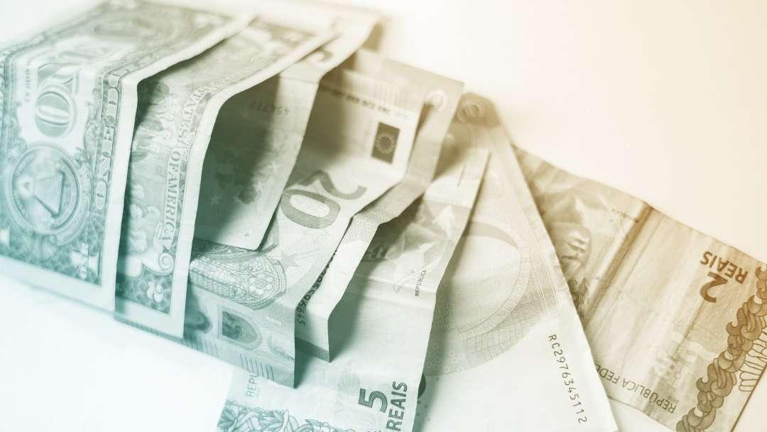 Billets en dollars euros et reals