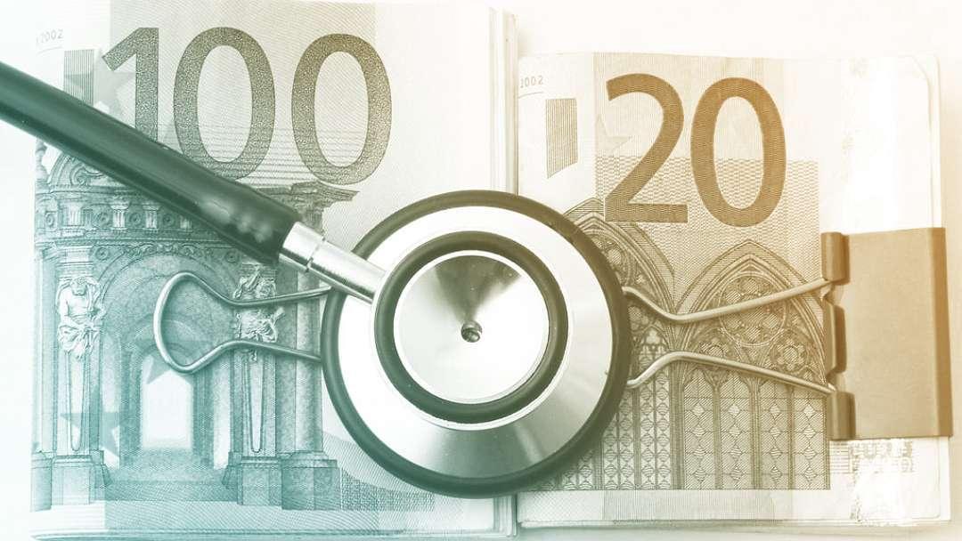 Billets en euros et sthétoscope