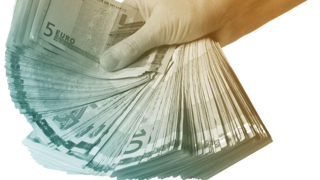 Liasses de billets de 5 et de 10 euros