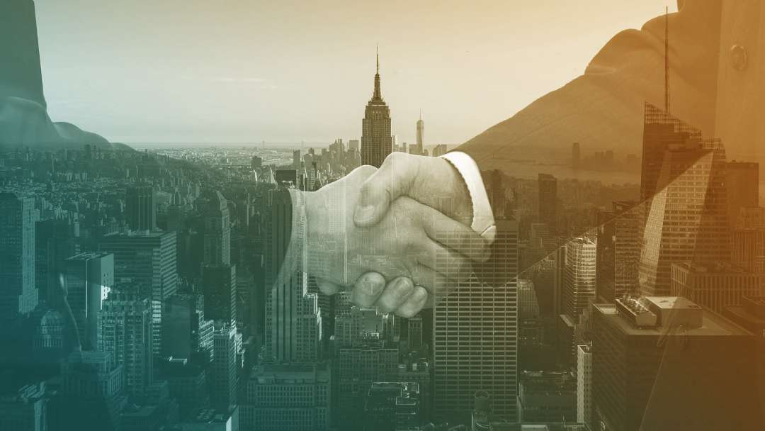 Poignée de main devant une ville américaine
