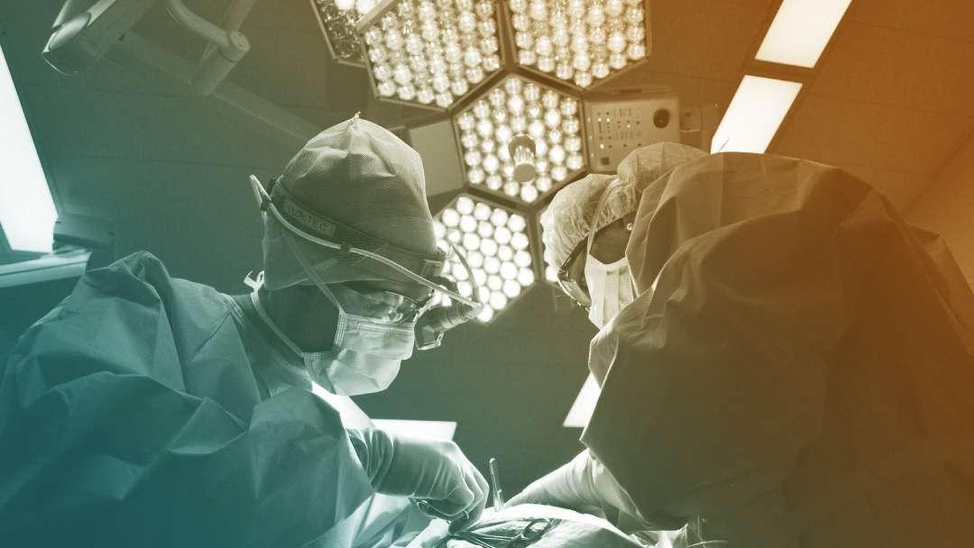 2 chirurgiens en pleine opération