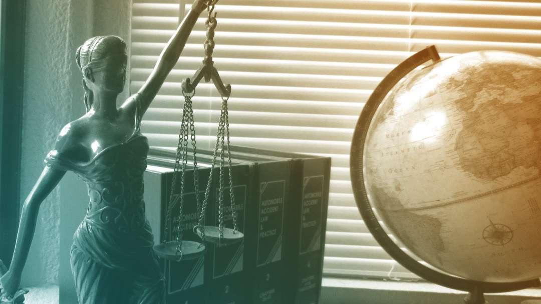 Bureau avec une mappemonde et la balance de la justice