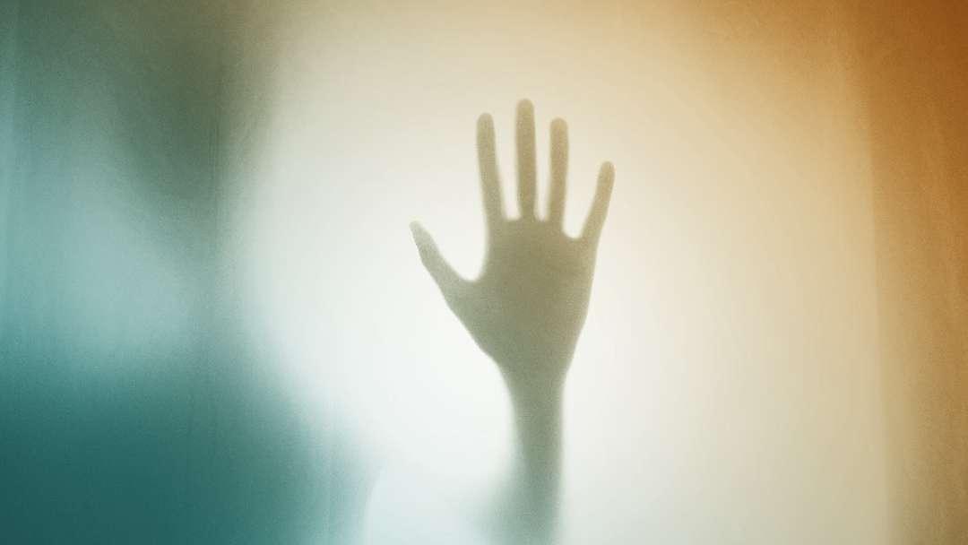 Ombre d'une main et silhouette