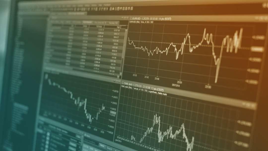 Ecran d'ordinateur affichant des graphiques de prix