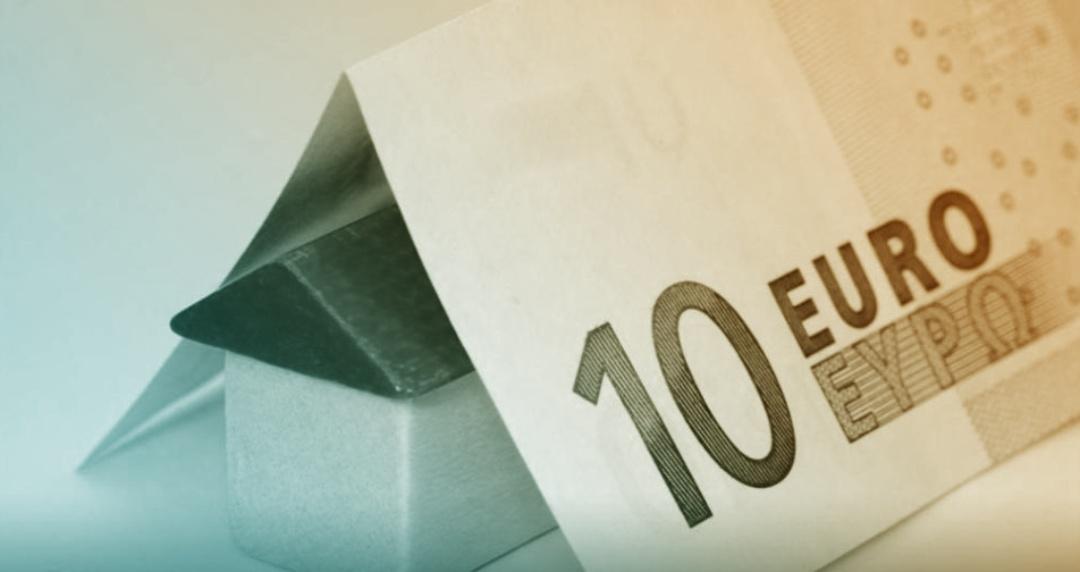 Figurine de maison chapeutée par un billet de 10 euros