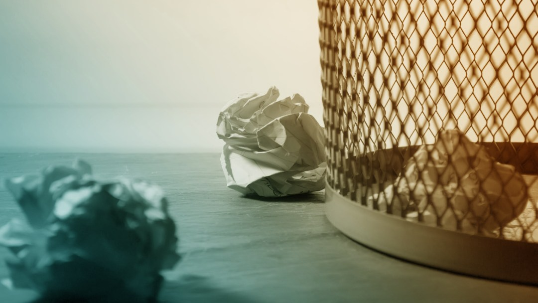 Poubelle de bureau avec papier jeté