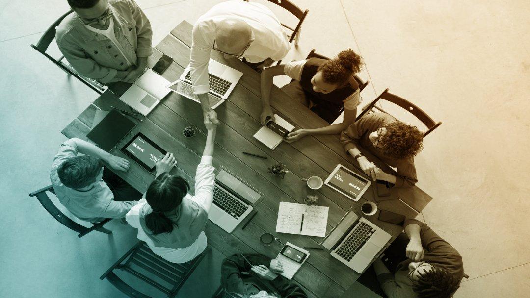 Table de réunion avec participants