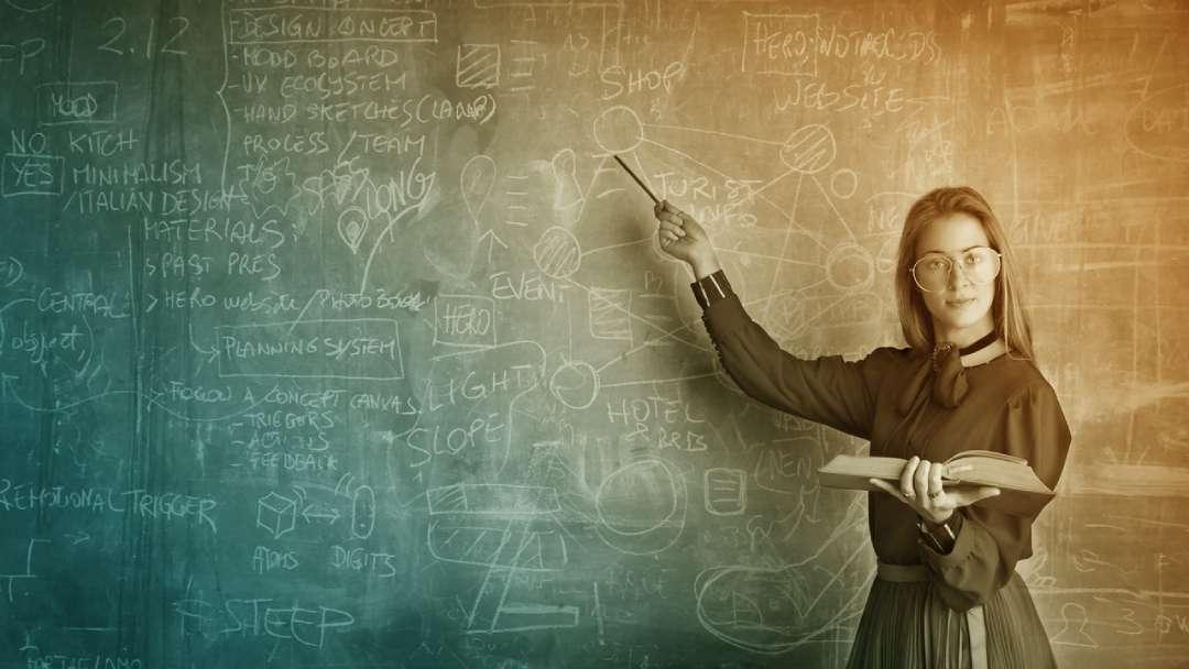 Femme qui montre un tableau noir remplit de formules