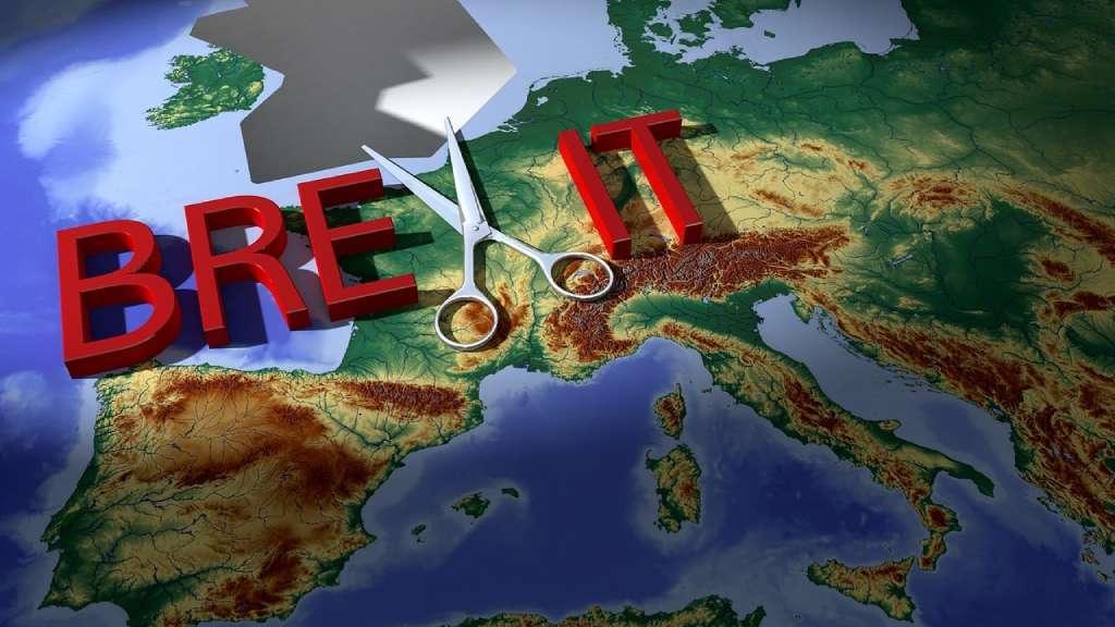 Paire de ciseau et carte d'Europe avec le Rouyaume-Uni découpé
