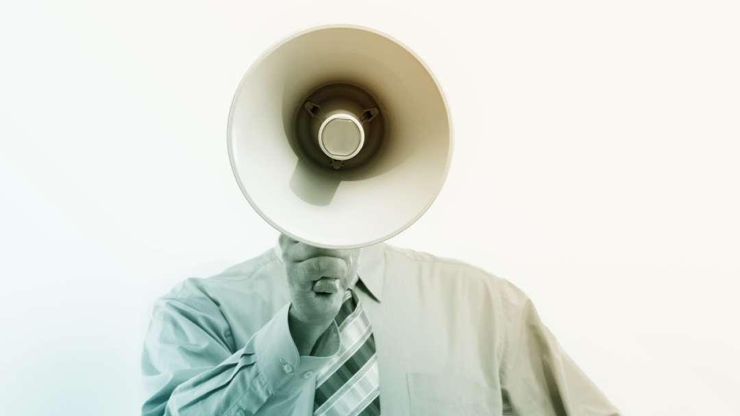 Homme tenant un megaphone