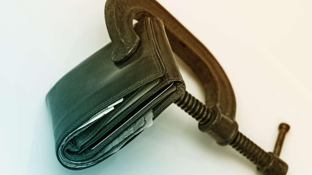 Serre joint qui serre un portefeuille
