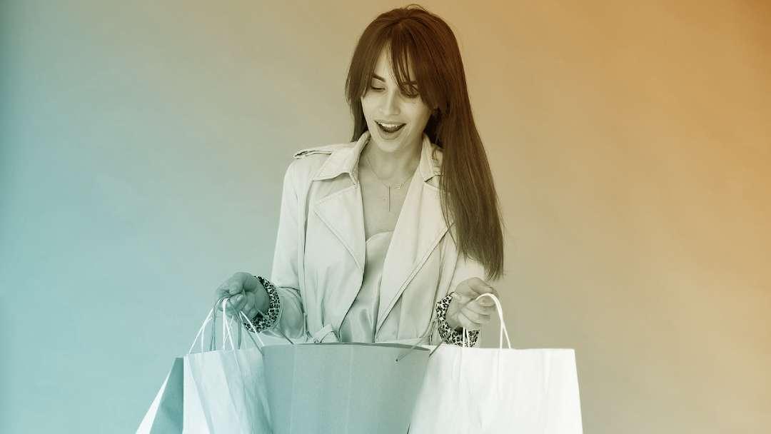 femme portant des sacs en papier