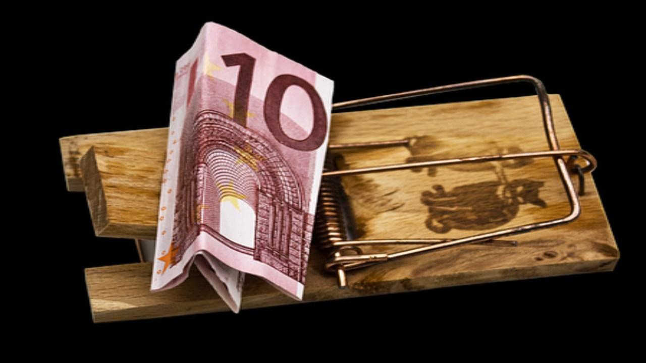 Piège à souris avec un billet de 10 euros pris