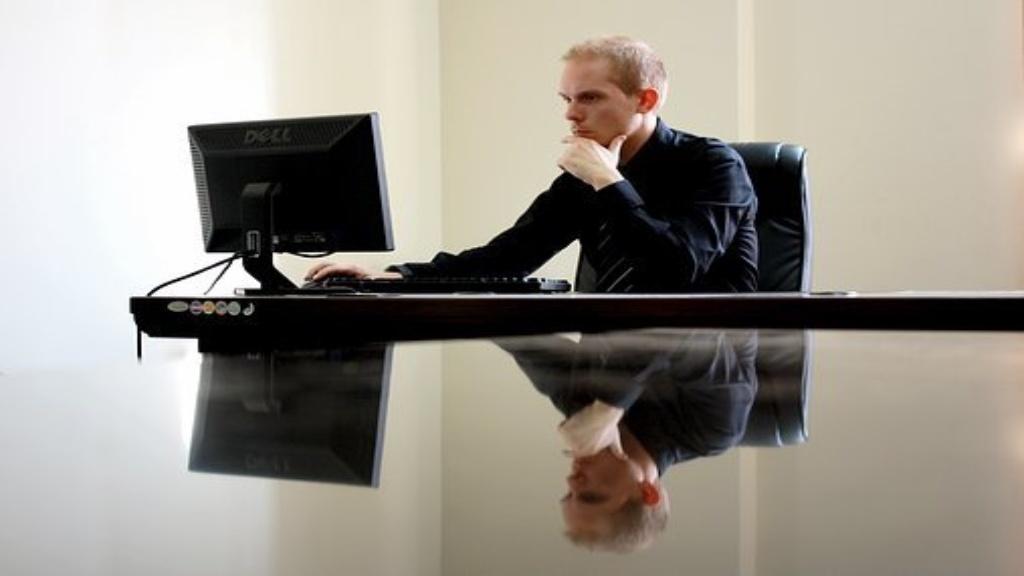 Homme d'affaires travaillant devant son ordinateur