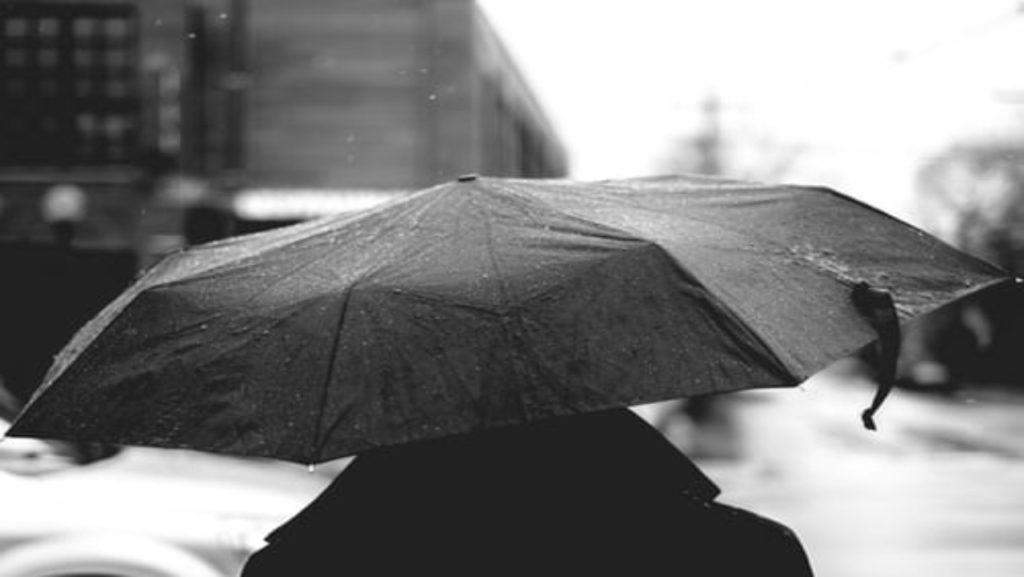 Une personne tenant un parapluie