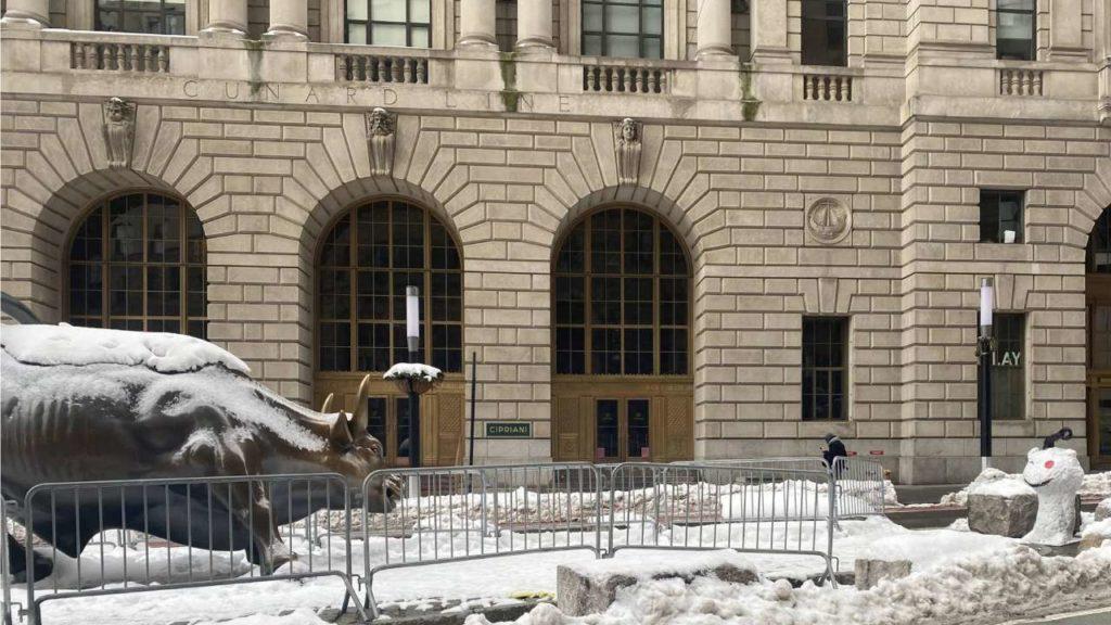 Taureau de Wall street sous la neigefaisant face à la représentation de l'avatar Reddit
