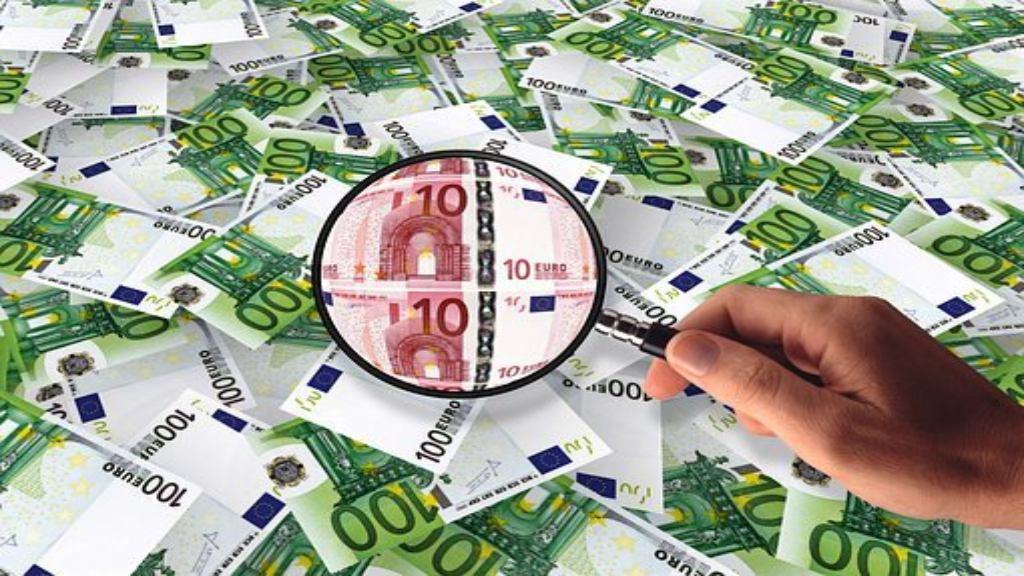 Billets de 100 euros observés à la loupe