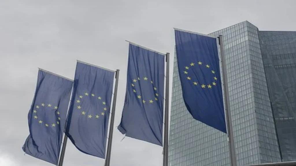 Drapeaux UE devant un building