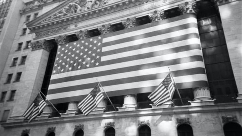 Drapeau américain sur un monument