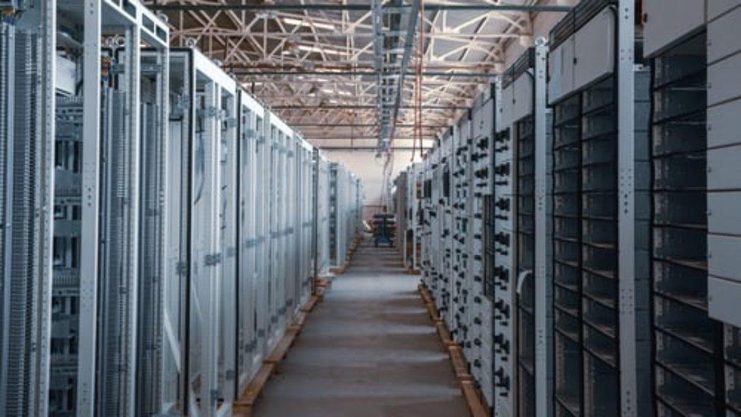 Ferme de minage de cryptomonnaies avec serveurs informatiques