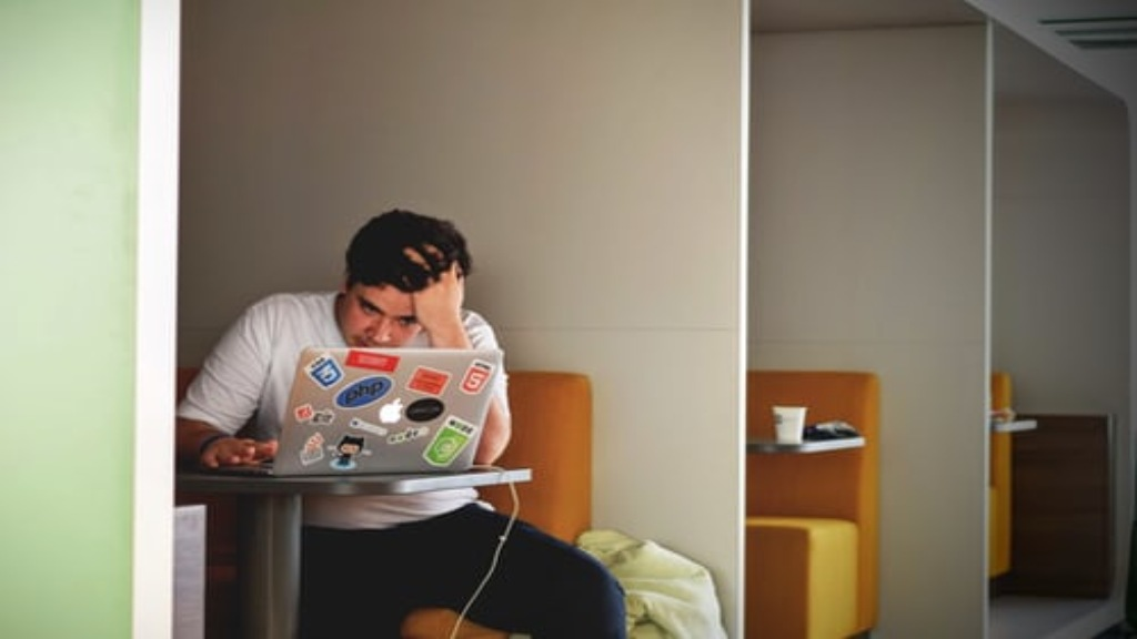 Homme stressé devant son ordinateur