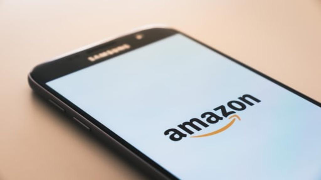 Logo Amazon sur un téléphone